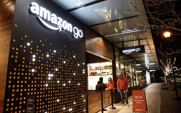 החנות הראשונה של אמזון גו בסיאטל, שכרגע, בשלב הפיילוט, רק עובדי אמזון יכולים לקנות בה. בהמשך ייפתחו עוד חנויות ברשת, ואז רשתות אחרות יאמצו את הגישה של תיעוד הלקוחות