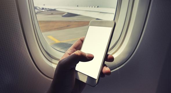 שימוש בטלפון בטיסה. בקרוב לא תצטרכו להיפרד מהוואטסאפ