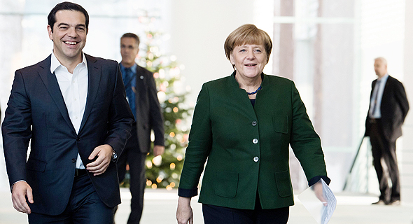 מימין אנגלה מרקל ו אלכסיס ציפראס בברלין, צילום: אי פי איי