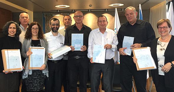 ראש עיריית תל אביב רון חולדאי וצוותו המקצועי בחתימת תוכנית המתאר