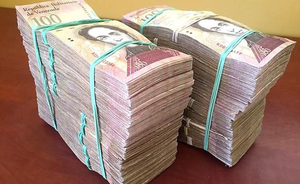 ערימות של שטרות של 100 בוליבר שווים 100 דולר, צילום: BBC