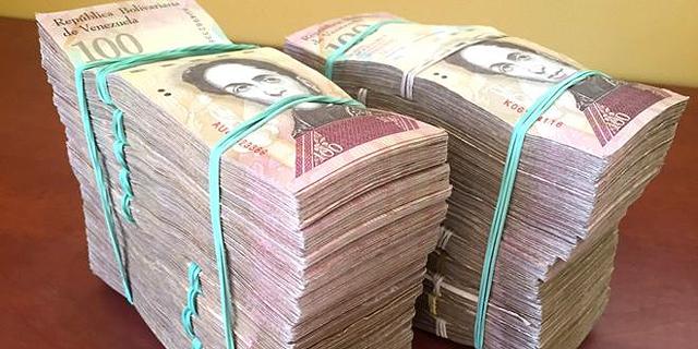 ונצואלה: החליף 100 דולר וקיבל 2 ערימות של בוליבר, אחרי שבועיים הן היו שוות 50 דולר