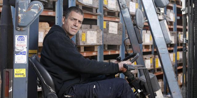 """הכל אישי: עזר בכר עובד כמחסנאי בחברת מר - """"העבודה תורמת לעצמאות שלי"""""""