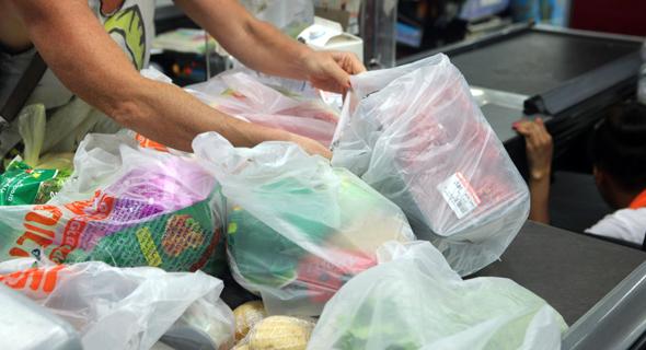 לקוחות אורזים מצרכים ב שקית שקיות ניילון ב קופה ב סניף ויקטורי ב תל אביב, צילום: עמית שעל