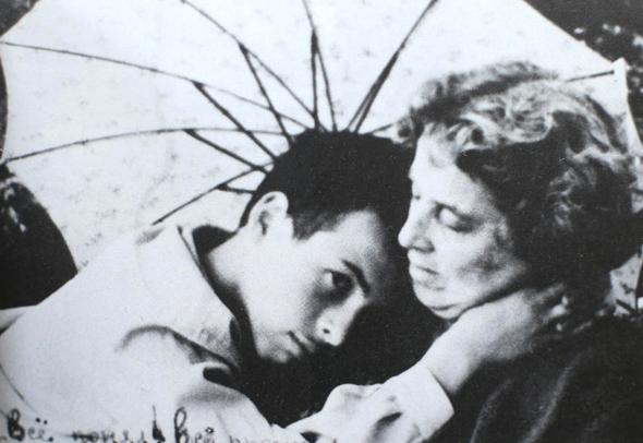 1964. נתן שרנסקי, בן 16, עם אמו אידה בדונייצק, אוקראינה