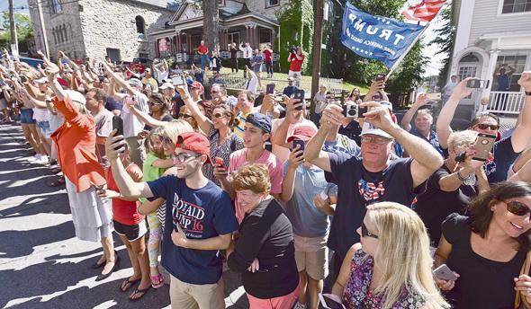 """תומכי טראמפ מקבלים את פניו בסקרנטון ביולי. העיר היתה מעוז דמוקרטי חזק ובטוח במשך עשרות שנים, אבל הפעם """"מתברר שהם כעסו הרבה יותר ממה שהבנו"""", כהגדרת נציגת המפלגה במחוז"""