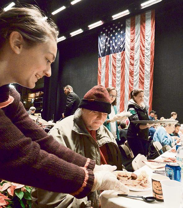 ארוחת חג ההודיה שהוגשה לפני כחודש ליותר מאלף נזקקים מקרב תושבי סקרנטון. מחקר רשמי כבר קבע: זו העיר הכי פחות מאושרת בארצות הברית