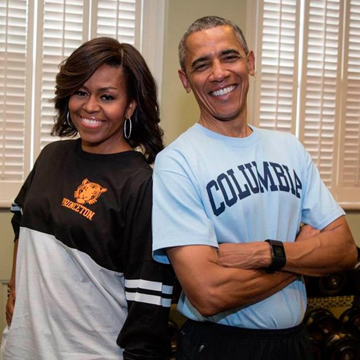 מאי 2015. הנשיא ורעייתו מישל  בבגדי הספורט של האוניברסיטאות בהן למדו, לציון יום ההרשמה לקולג'ים