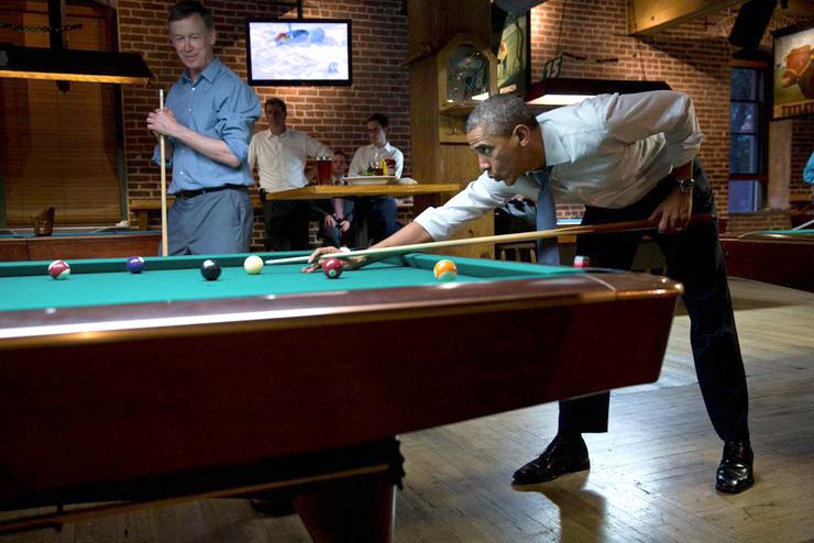 יולי 2014. הנשיא משחק סנוקר עם מושל קולורדו, ג'ון היקנלופר, בביקור בדנבר