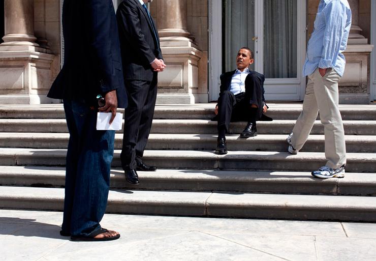 יוני 2009. הנשיא מתייעץ עם עוזריו על מדרגות השגרירות האמריקאית בפריז