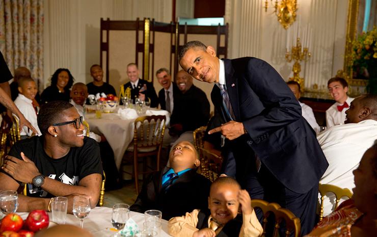 יוני 2013. הנשיא בפוזה עם אחד מאורחיו שנרדם באמצע סעודה בבית הלבן לכבוד יום האב