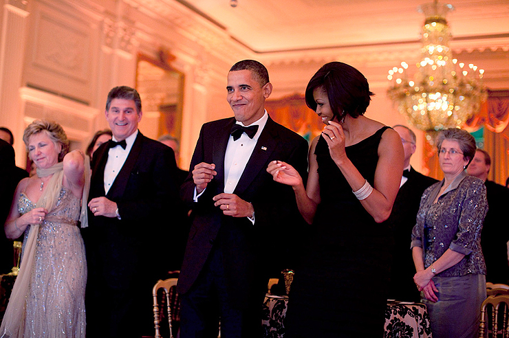 פברואר 2010.  הנשיא ורעייתו מפגינים את כישורי הריקוד שלהם בקוקטייל בבית הלבן
