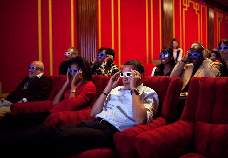 פברואר 2009. הנשיא ורעייות צופים בחדר ההקרנה בבית הלבן במשחק  הסופר-בול בין הקרדינלס מאריוזנה לסטילרס מפיטסבורג