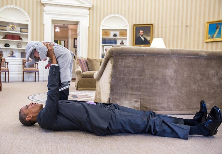 אוקטובר 2015. אובמה משתעשע עם אלה רודס, בתו של סגן היועץ לבטחון לאומי