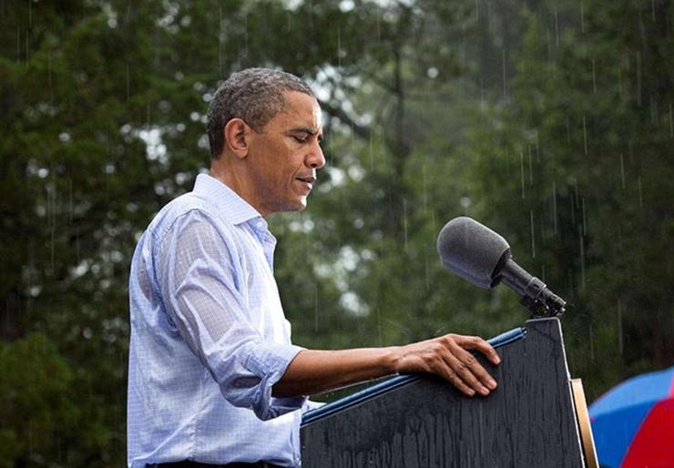 יולי 2012. הנשיא באסיפת בחירות בוירג'יניה תחת גשם שוטף. כעת תתארו לכם מנהיג ישראלי נושא דברים בגשם בלי שמישהו לידו יחזיק מעליו מטריה