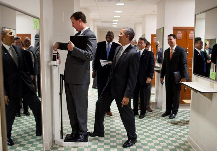 אוגוסט 2010. הנשיא משתעשע עם מנהל הסיורים שלו, מרווין ניקולסון, שמנסה לשקול את עצמו  בשעה שפמליית הנשיא עוברת בחדר ההלבשה של אולם הספורט באוניברסיטת טקסס באוסטין