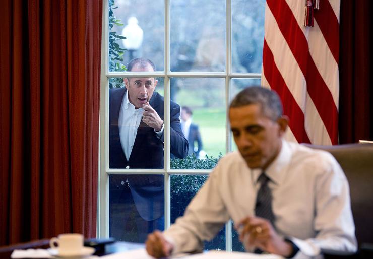 """דצמבר 2015. ג'רי סיינפלד דופק על חלון משרדו של הנשיא ומזמין אותו להצטרף אליו לפרק בסדרה  """"קומיקאים במכוניות שותים קפה"""""""