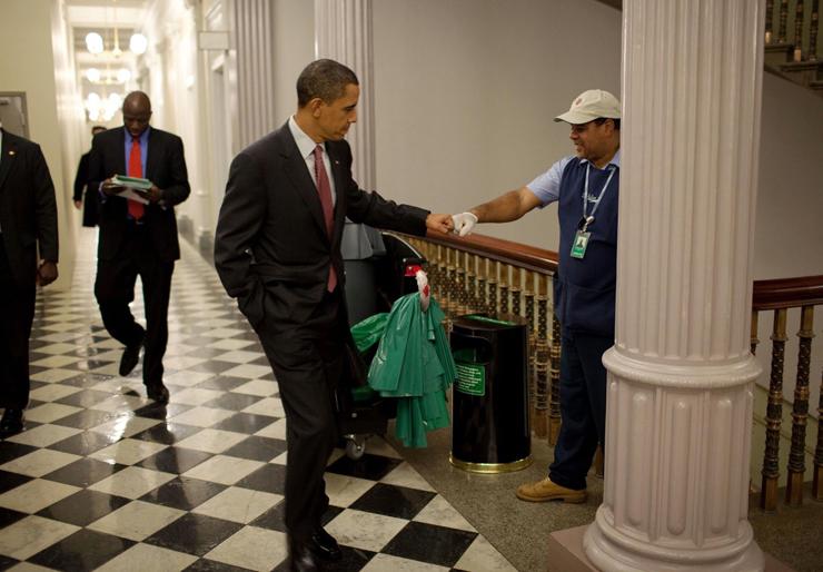 בצאתו מדיוני פורום הבית הלבן לעידוד התעסוקה והצמיחה נעצר הנשיא לברך את אחד מעובדי הניקיון במסדרון