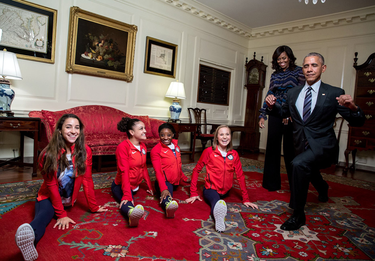 """ספטמבר 2016. הנשיא מנסה את כוחו בהתעמלות יחד עם בנות הנבחרת האולימפית של ארה""""ב בשובן מריו דה ז'ניירו"""