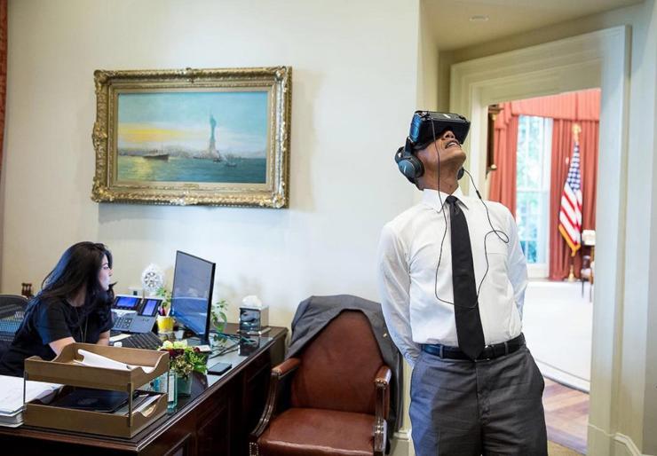 הנשיא  צופה בסרט במשקפי מציאות מדומה במהלך ביקור בפארק הלאומי יוסמיטי