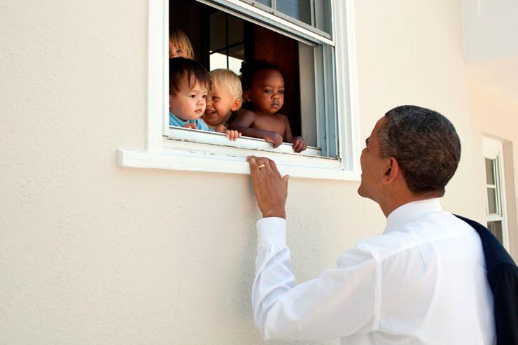 יוני 2011. הנשיא משוחח עם ילדים במעון יום בדרכו לטקס הסיום של כיתה ד' של בתו סאשה
