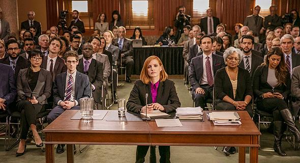 """פררה (משמאל) וג'סיקה צ'סטיין כ""""מיס סלואן"""". """"הפוליטיקה האמריקאית היא מועדון סגור של גברים וסיגרים"""""""