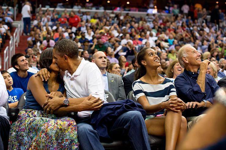 יולי 2012. הנשיא ורעייתו  לוקחים פסק זמן במהלך משחק כדורסל של הנבחרת האמריקאית באולימפיאדת לונדון