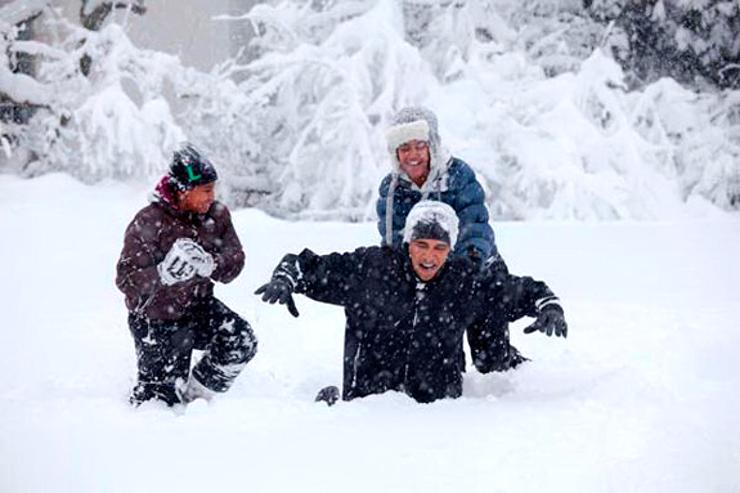 ינואר 2010. הנשיא משחק עם שתי בנותיו בשלג העמוק בגן הוורדים בבית הלבן