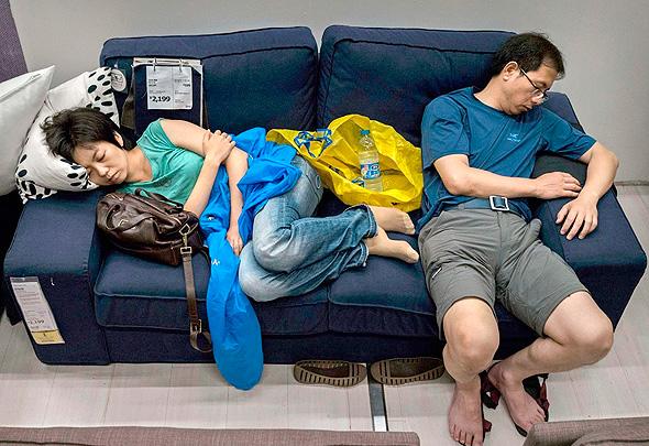 לישון חנות איקאה בייג'ינג סין ישנים, צילום: chinasmack