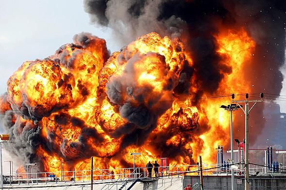 שריפה בבתי הזיקוק בחיפה , צילום: רויטרס