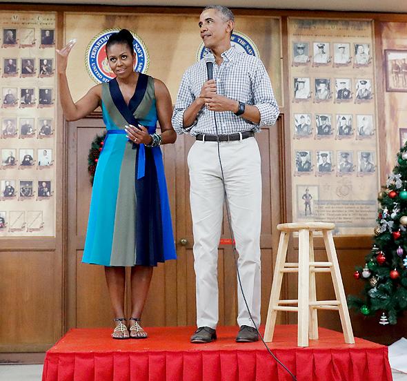 הזוג אובמה משעשע מארינס בהוואי, צילום: איי פי
