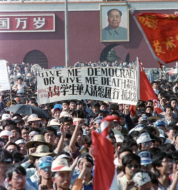 """מפגינים קוראים """"דמוקרטיה או מוות"""" בכיכר טיאננמן, מאי 1989. """"לרוב מייחסים למערכות דמוקרטיות את היכולת לתיקון עצמי, אבל למעשה זו התכונה הכי ראויה לציון של המפלגה הקומוניסטית"""""""