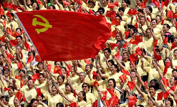 אזרחים באחד האירועים לציון 90 שנה להקמת המפלגה הקומוניסטית הסינית, בצ'ונגצ'ינג, 2011. כמעט 80% מהסינים בוטחים במנהיגי המפלגה
