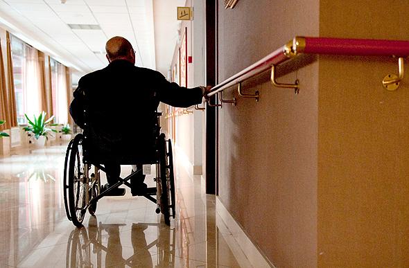 על כיסא גלגלים. רצים ממשרד למשרד