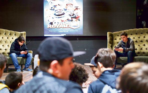 """מימין: ארז """"טיפו"""" דרוטין וגל """"קפטן אמריקן דוס"""" לבני בטורניר שהתקיים השבוע בכנס. הקהל ננזף על הבלגן בתורים לסלפי עם הכוכבים , צילום: עמית שעל"""