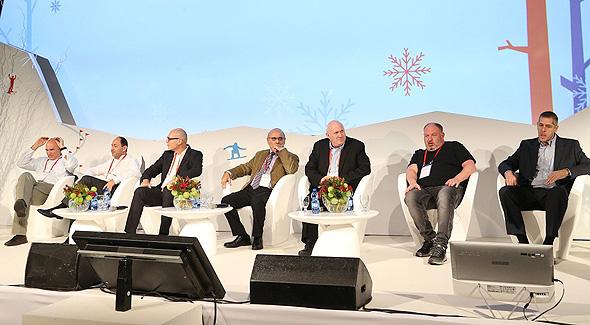 מימין: גדי לסין, הראל ויזל, איציק אברכהן, חגי שלום, גבי רוטר, רמי לוי ואיתן בר זאב
