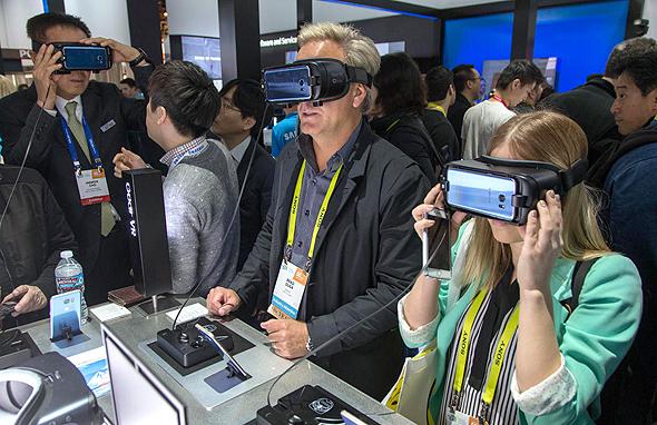 משקפי VR בדוכן של סמסונג בווגאס, צילום: אם סי טי