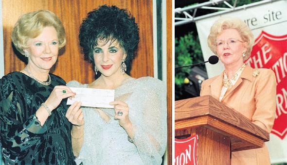 """ג'ואן קרוק בחנוכת מרכז פנאי שמימנה לצבא הישע, ומעניקה לאליזבת טיילור תרומה של מיליון דולר למלחמה באיידס.  """"היה לה צורך עז לעשות צדק חברתי, והיא רצתה להרגיש מעורבת ומשפיעה"""""""