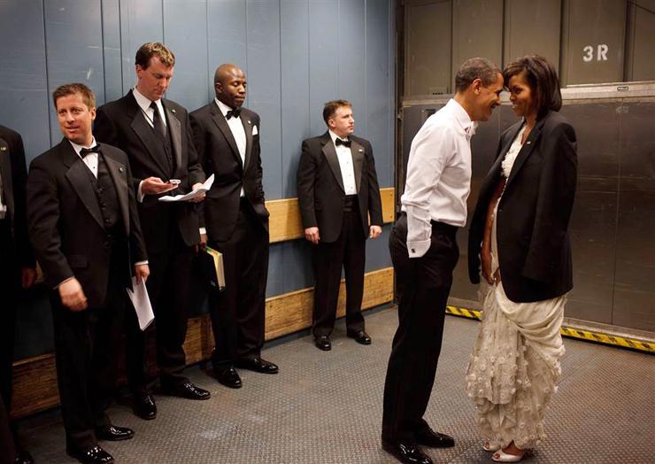 ינואר 2009. הנשיא ורעייתו  במעלית שירות בדרך לעוד אחת ממסיבות ההשבעה. למישל היה קר והנשיא השאיל לה את מעיל הטקסידו שלה, בשעה שמאבטחיו משתדלים לא ללטוש עיניים ברגע האינטימי הזה בין הנשיא החדש ורעייתו