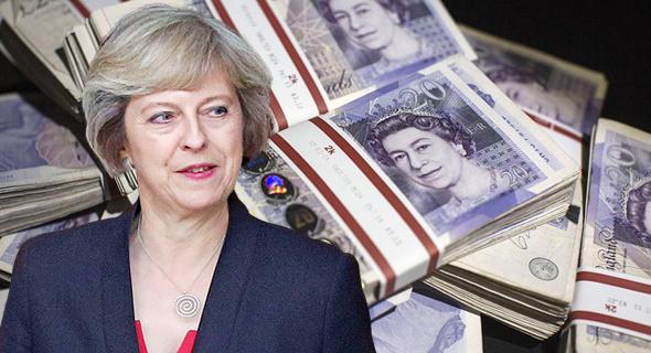 """ראש ממשלת בריטניה תרזה מיי, על רקע הליש""""ט, צילום: גטי אימג"""