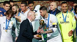 שחקני ריאל מדריד חוגגים עם הגביע העולמי למועדונים, צילום: רויטרס