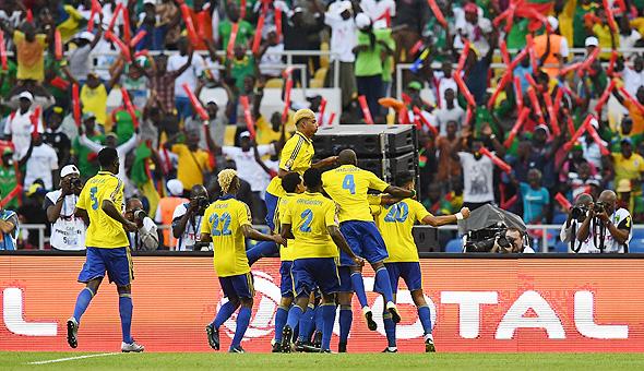 שחקני נבחרת גאבון. באפריקה, המצב גרוע עוד יותר. גרוע כל כך שהוקמו מספר צדקות שמסייעות לכדורגלנים אפריקאים צעירים, שהוריהם שילמו לסוכנים כדי שיחתימו אותם בקבוצות אירופאית – הם מוטסים לאירופה, במקרה הטוב, ונזרקים שם, צילום: איי אף פי