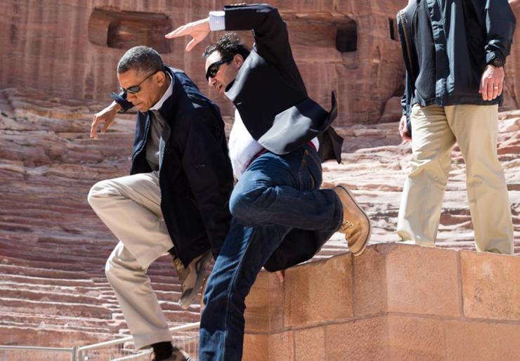 אפריל 2013. הנשיא מאלץ את מאבטחיו לעשות קצת ספורט במהלך ביקור בפטרה בירדן