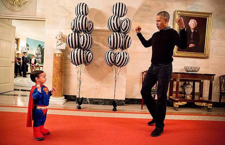 אוקטובר 2016. חג הלואין, הנשיא אובמה מראה לבנו של דובר הבית הלבן המחופש לסופרמן כיצד לנפח את שריריו