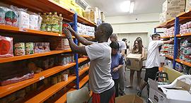 אריזת משלוחי מזון לנצרכים, ארגון לתת, צילום: אלכס קולומויסקי