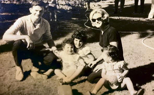 1962. רמי ברכה בן השנה עם הוריו אשר ומרים ואחיותיו איריס (בת שנתיים וחצי) ומילכה (בת 5), בבית חברים ברמת גן