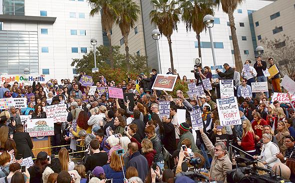 """הפגנה בלוס אנג'לס השבוע להצלת ביטוחי הבריאות של אובמה. """"הבוחרים לא מודעים לדברים שהדמוקרטים כן עשו, שסייעו להם, ועכשיו הם מתעוררים"""""""