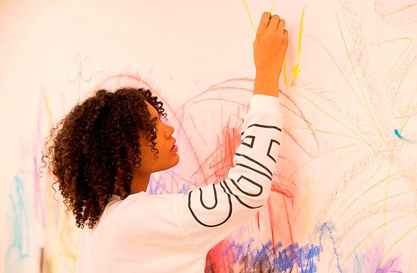 """ציורים על קירות במוזיאון תל אביב לאמנות, צילום: אגף החינוך מוזיאון ת""""א"""