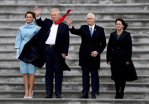 סגן הנשיא מייק פנס ורעייתו קארן והנשיא דונלד טראמפ ורעייתו מלניה, צילום: רויטרס