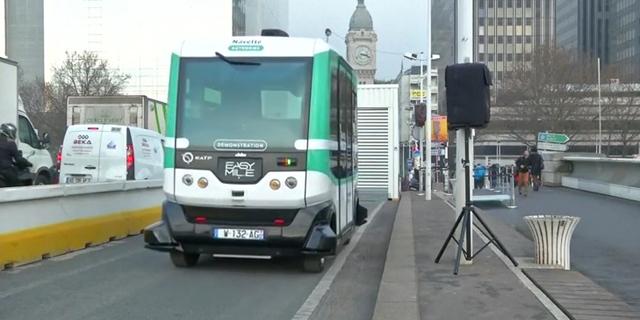 לפעמים עדיף שיהיה נהג. אוטובוס אוטונומי שהופעל בצרפת, צילום: רויטרס